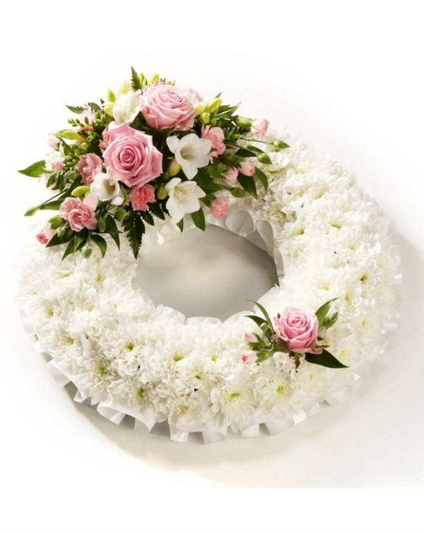 white-round-flower-wreath
